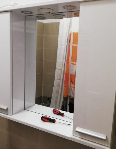 Tükrös fürdőszobaszekrény felszerelése