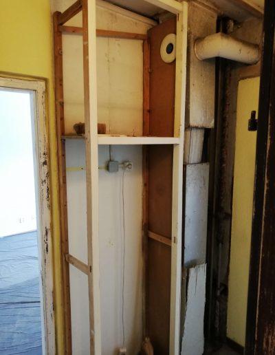 Beépített szekrény előtte